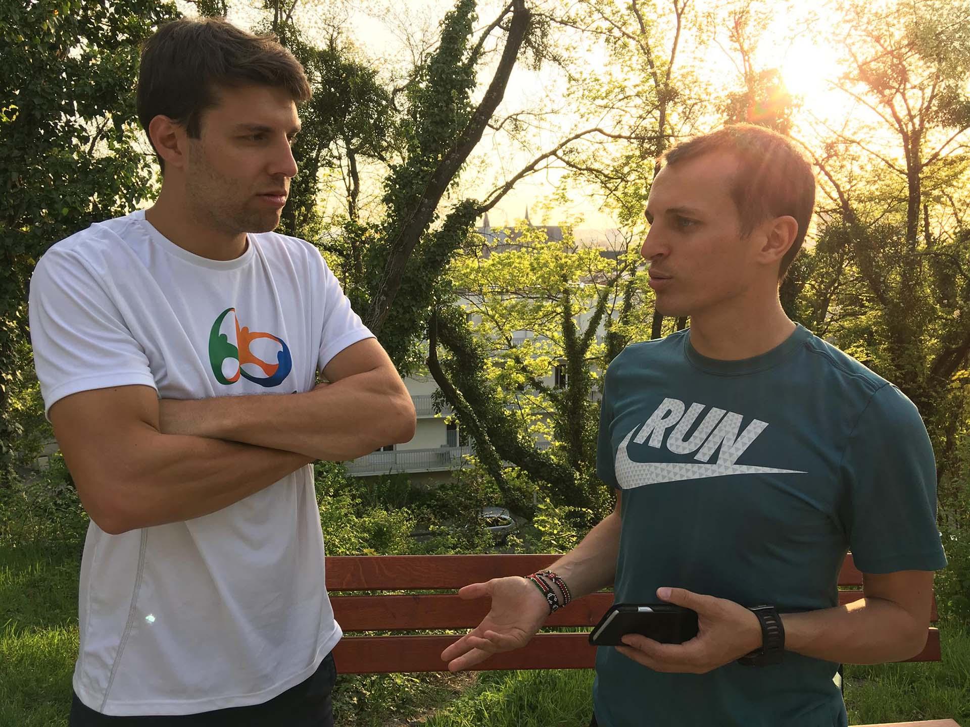 Benjamin André discute avec un élève de son suivi dans un parc
