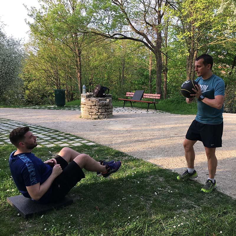 Exercice de gainage en extérieur avec une balle lestée